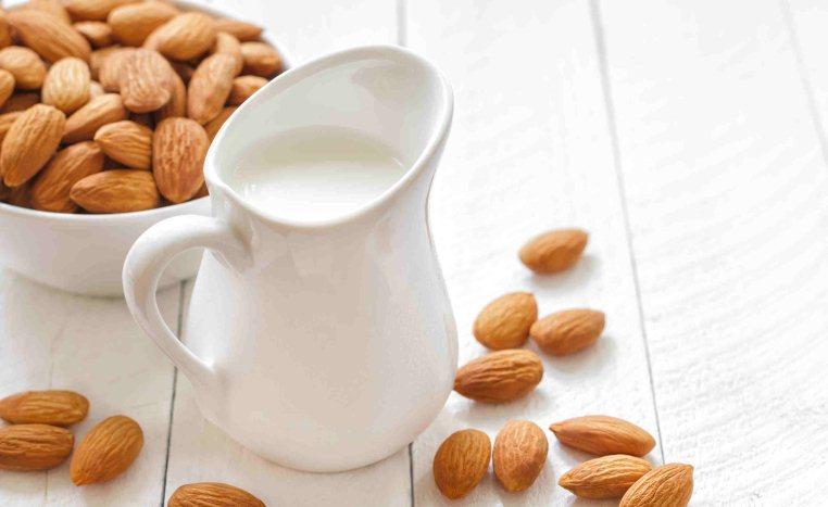 عوارض جانبی مصرف شیربادام در بارداری