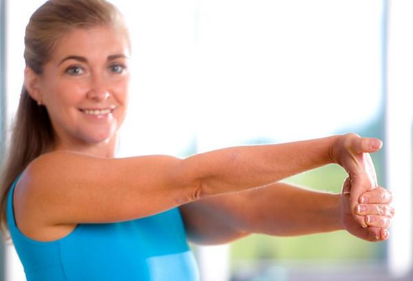ورزش کشش آرنج برای بزرگ شدن سینه