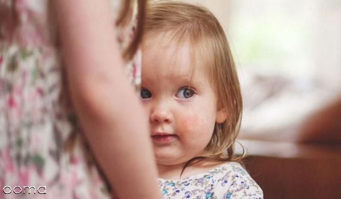 آیا خجالت کشیدن کودک نوپای من طبیعی است؟